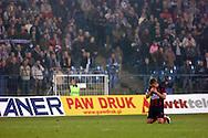 n/z.: Krzysztof Michalski (nr25-Pogon) modli sie na wiadomosc o smierci Papieza podczas meczu ligowego Lech Poznan (niebieskie) - Pogon Szczecin (czerwone), I liga polska , 16 kolejka sezon 2004/2005 , pilka nozna , Polska , Poznan , 01-04-2005 , fot.: Adam Nurkiewicz / mediasport..Krzysztof Michalski (nr25-Pogon) prays after Pop's death during Polish league first division soccer match in Poznan. April 01, 2005 ; Lech Poznan (blue) - Pogon Szczecin (red); first division , 16 round season 2004/2005 , football , Poland , Poznan ( Photo by Adam Nurkiewicz / mediasport )