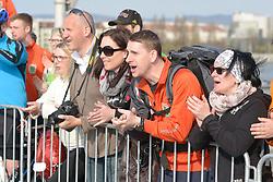 12.04.2015, Wien, AUT, Vienna City Marathon 2015, im Bild begeisterte Zuseher entlang der Strecke feuern die Läufer an // during Vienna City Marathon 2015, Vienna, Austria on 2015/04/12. EXPA Pictures © 2015, PhotoCredit: EXPA/ Gerald Dvorak
