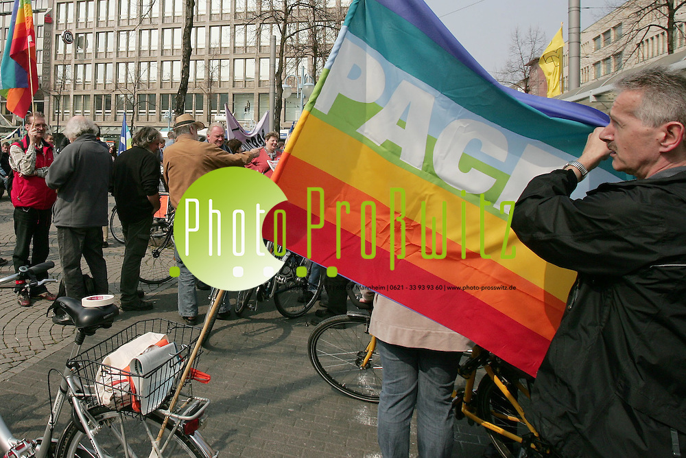 Mannheim. Planken Innenstadt. Demo mit dem Fahrrad vom Paradeplatz aus. Ostermarsch. Demonstanten fordern den milit&auml;rischen Abzug aus den Krisengebieten.<br /> <br /> Bild: Markus Pro&szlig;witz<br /> ++++ Archivbilder und weitere Motive finden Sie auch in unserem OnlineArchiv. www.masterpress.org ++++