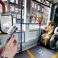 Nederland, Amsterdam , 22 juli 2009..AMSTERDAM - Wil de introductie van de OV-chipkaart in augustus niet op een chaos uitlopen dan moet het Amsterdamse vervoersbedrijf GVB meer aan communicatie gaan doen..Op de foto het gebruik van de Chipknip in de tram..Problemen met gebruik Chipknip in opnbaar vervoer..Introduction of of the chipcard in the public transport did not go smoothly.