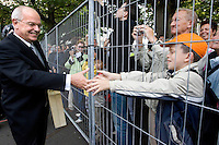 Nederland. Den Haag, 19 september 2006.<br /> Prinsjesdag. Minister Gerrit Zalm van Financien met het koffertje op weg naar de Tweede Kamer..<br /> Foto Martijn Beekman<br /> NIET VOOR TROUW, AD, TELEGRAAF, NRC EN HET PAROOL