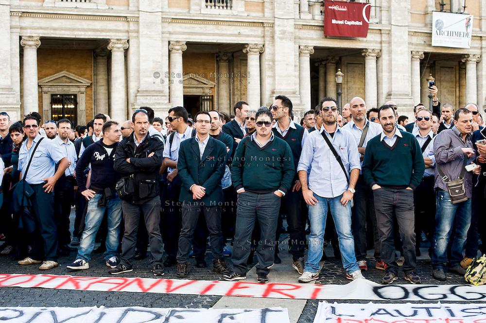 Roma  6 Novembre 2013<br /> Centinaia di autisti autorganizzati dell' ATAC, il trasporto pubblico di Roma, manifestano al Campidoglio, contro le politiche dell'azienda, per gli straordinari imposti e la carenza di organico.<br /> Gli autisti  rifiutano gli straordinari e contestano  anche la politica dei sindacati .<br /> Rome November 6, 2013<br /> Hundreds of drivers of self-organized  of the  ATAC, Rome's public transport, manifest at the Capitol against the company's policies, imposed for overtime and lack of staff.<br /> The drivers refuse overtime and also question the policy of trade unions.