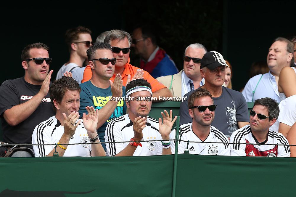 Wimbledon Championships 2014, AELTC,London,<br /> ITF Grand Slam Tennis Tournament,Gruppe von deutschen Fans sitzt am Spielfeldrand und applaudiert,Zuschauier,Querformat,Feature