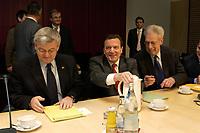 14 DEC 2003, BERLIN/GERMANY:<br /> Joschka Fischer, B90/Gruene, Bundesaussenminister, Gerhard Schroeder, SPD, Bundeskanzler, Henning Scherf, SPD, 1. Buegermeister Bremen, (v.L.n.R.), vor Beginn der Sitzung des Vermittlungsausschusses, Bundesrat<br /> IMAGE: 20031214-01-055<br /> KEYWORDS: Gespräch, Gerhard Schröder