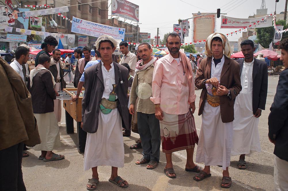 Aufstand in Jemen: ASIEN, JEMEN, SANAA, 20.06.2011: Seit mehr als drei Monaten sieht sich der seit 33 Jahren amtierende Praesident Salih einer stetig anschwellenden Rebellion gegenueber. Regimegegner haben auf dem Platz des Wandels in einem riesigen Zeltlager Stellung bezogen. Sie wollen solange ausharren, bis ein Wechsel vollzogen ist. Es gibt Fernseher, eine Zelt-Apotheke und sogar Tischfussball.