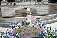 Roma 1 Giugno 2011.Aggiungi un posto a tavola....per 9 miliardi di persone.Azione dimostrativa contro la fame nel mondo, organizzata da Oxfam Italia per presentare la nuova campagna globale COLTIVA. Il cibo. La vita. Il pianeta. Presente l'attrice Serena Autieri, testimonial di Oxfam Italia..