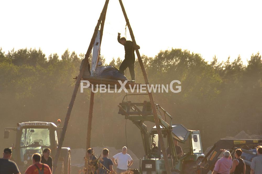 Aufgebrachte Bauern r&auml;umen die Blockade von Gegnern des Baus eines Stalls f&uuml;r Massentierhaltung in Teplingen im Wendland.<br /> <br /> Ort: Teplingen<br /> Copyright: Kina Becker<br /> Quelle: PubliXviewinG