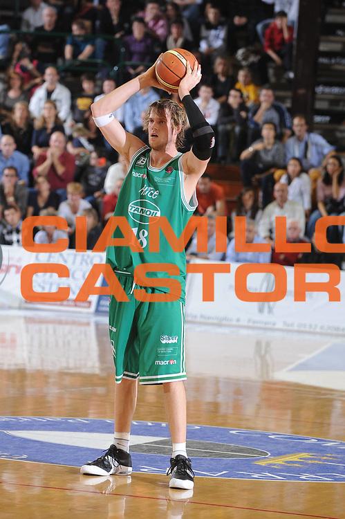 DESCRIZIONE : Ferrara Lega A1 2008-09 Carife Ferrara Benetton Treviso  <br /> GIOCATORE : Charles Wallage<br /> SQUADRA : Benetton Treviso<br /> EVENTO : Campionato Lega A1 2008-2009 <br /> GARA : Carife Ferarara Benetton Treviso <br /> DATA : 25/10/2008 <br /> CATEGORIA : Passaggio<br /> SPORT : Pallacanestro <br /> AUTORE : Agenzia Ciamillo-Castoria/M.Gregolin