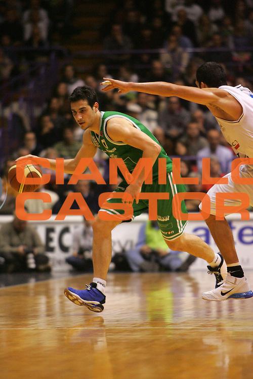 DESCRIZIONE : Bologna Lega A1 2006-07 VidiVici Virtus Bologna Benetton Treviso <br /> GIOCATORE : Zisis <br /> SQUADRA : Benetton Treviso <br /> EVENTO : Campionato Lega A1 2006-2007 <br /> GARA : VidiVici Virtus Bologna Benetton Treviso <br /> DATA : 12/11/2006 <br /> CATEGORIA : Palleggio <br /> SPORT : Pallacanestro <br /> AUTORE : Agenzia Ciamillo-Castoria/S.Silvestri