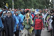 Nederland, Nijmegen, 17-7-2012NIET VOOR KRANTEN EN WEBSITES OP 17 JULI!Start van de 96e 4 daagse  Af en toe valt er regen . Deze dag gaat via de waalbrug naar de Betuwe en wordt wel de dag van Elst genoemd. De vierdaagse is het grootste wandelevenement ter wereld.Foto: Flip Franssen/Hollandse Hoogte