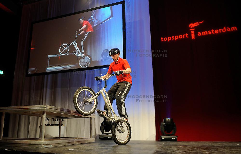 13-12-2010 ALGEMEEN: TOPSPORT GALA AMSTERDAM: AMSTERDAM<br /> In de Westergasfabriek werd het gala van de beste sportman, -vrouw, coach en ploeg gekozen / Entertainment <br />  2010©2010-WWW.FOTOHOOGENDOORN.NL