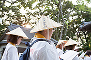 Pilgrimer reciterar sutror framf&ouml;r tempel nummer 24, Hotsumisaki-ji<br /> <br /> Pilgrimsvandring till 88 tempel p&aring; japanska &ouml;n Shikoku till minne av den japanske munken Kūkai (Kōbō Daishi). <br /> <br /> Fotograf: Christina Sj&ouml;gren<br /> Copyright 2018, All Rights Reserved<br /> <br /> Pilgrims praying in front of temple number 24, Hotsumisaki-ji (最御崎寺) in Muroto,Kōchi Prefectur, Japan<br /> The Shikoku Pilgrimage, 88 temples associated with the Buddhist monk Kukai (Kobo Daishi) on the island of Shikoku in Japan.
