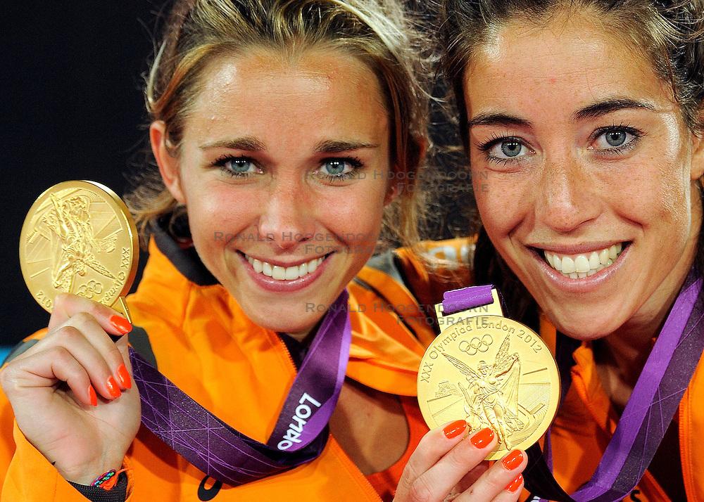 10-08-2012 HOCKEY: OLYMPISCHE SPELEN 2012 FINALE NEDERLAND - ARGENTINIE: LONDEN<br /> Nederland wint goud door Argentinie met 2-0 te verslaan / Ellen Hoog en Naomi van As<br /> &copy;2012-FotoHoogendoorn.nl