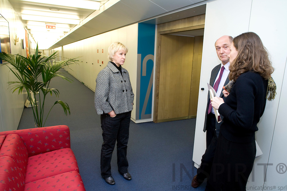 BRUSSELS - BELGIUM - 06 FEBRUARY 2009 -- The Swedish EU Commissioner Margot WALLSTRÖM having a quick corridor meeting with two members of her staff David MONKCOM, speach writer, and Caroline LAMBERT. Photo: Erik Luntang/INSPIRIT