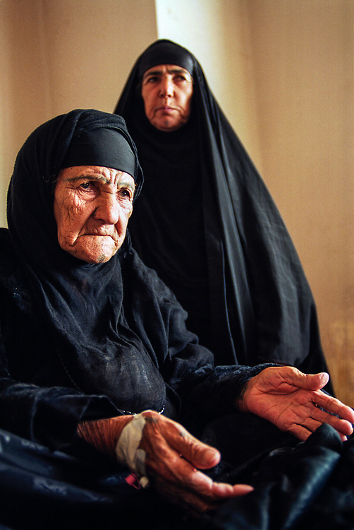 A woman suffering from breast cancer at the Basrah maternity and women's hospital.  Cancer rates have risen exponentially in the region of Basrah which was heavily bombed with depleted uranium weapons during the 1991 Gulf War.  <br /> Basra, Iraq.  23/01/2001.