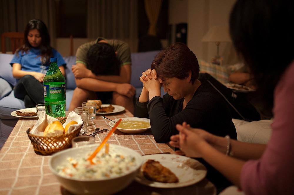 Antes de la comida la familia gonzalez realiza una oración para dar gracias por la comida. Ma Elena, la madre, les ha inculcado su religiosidad.