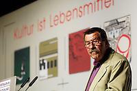 """22 AUG 2005, BERLIN/GERMANY:<br /> Guenter Grass, Autor, haelt eine Rede, waehrend einer Diskussion zum Thema """"7 Jahre rot-gruene Kulturpolitik"""", Palais der Kulturbrauerei<br /> IMAGE: 20050822-03-050<br /> KEYWORDS: Günter Grass, speech"""