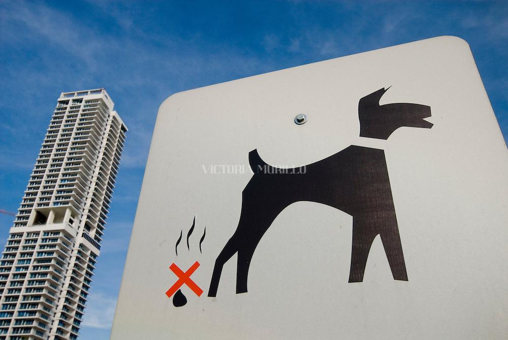 Letrero de advertencia de no permitir a los perros hacer sus necesidades en la grama de  la cinta costera de Panamá .Foto: Ramon Lepage / Istmophoto.