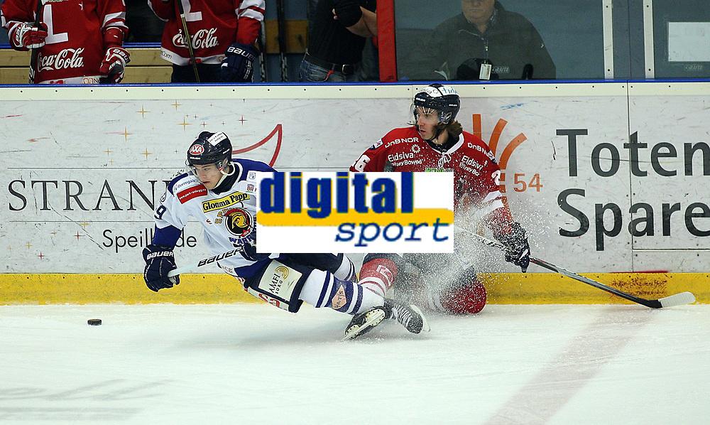 Ishockey , Get - ligaen <br /> 11.01.2011 <br /> Kristins Hall<br /> Lillehammer I.K  v  Sparta Sarpsborg<br /> Foto:Dagfinn Limoseth  -  Digitalsport<br /> Dion Knelsen , Sparta og Joakim Eidsæther , Lillehammer