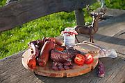 Teller mit Wild-Wurst, Odenwald, Naturpark Bergstraße-Odenwald, Hessen, Deutschland | plate with venison, Odenwald, Hesse, Germany