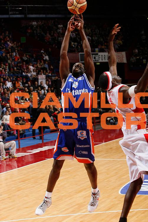 DESCRIZIONE : Milano Lega A1 2007-08 Armani Jeans Milano Tisettanta Cantu<br /> GIOCATORE : Denham Brown<br /> SQUADRA : Tisettanta Cantu<br /> EVENTO : Campionato Lega A1 2007-2008<br /> GARA : Armani Jeans Milano Tisettanta Cantu<br /> DATA : 13/04/2008<br /> CATEGORIA : Rimbalzo<br /> SPORT : Pallacanestro<br /> AUTORE : Agenzia Ciamillo-Castoria/G.Cottini