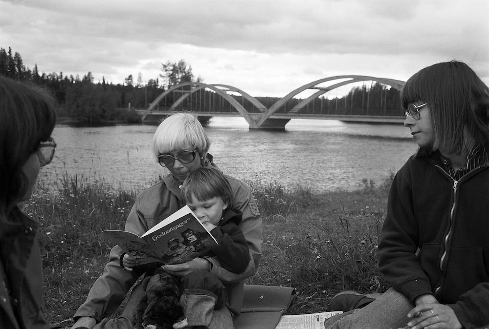 Mormor läser för Magnus.