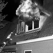 NLD/Huizen/19910720 - Uitslaande brand bij kookwinkel DIMA Oude Raadhuisplein Huizen, buren worden in veiligheid gebracht