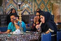 Iran, province de Kerman, Kerman, Maison de thé du hammam Vakil, femmes iraniennes fumant du narguilé // Iran, Kerman province, Kerman, Vakil hammam teahouse, iranian woman smoking a water pipe