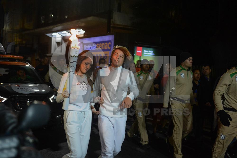 PORTO ALEGRE, RS, 07.07.2016 - RIO-2016 - Jornalista Patrícia Poeta e o filho Felipe Poeta, durante o revezamento da Tocha Olímpica em Porto Alegre, nesta quinta-feira. (Foto: Rodrigo Ziebell/Brazil Photo Press)