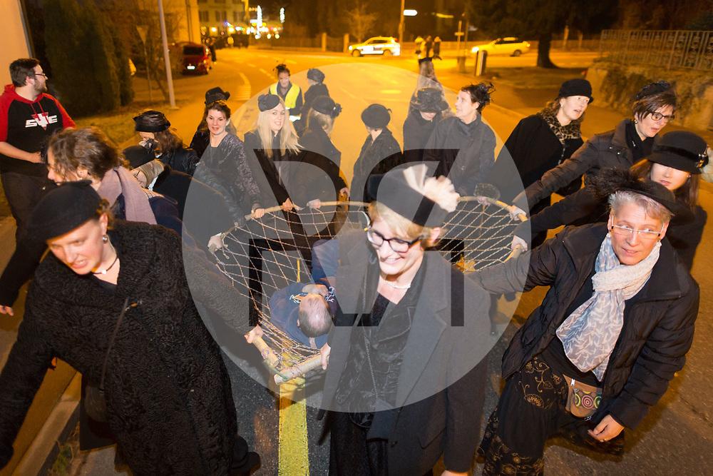 SCHWEIZ - MEISTERSCHWANDEN - Meitlitage 2018, hier wurde ein Mann gefangen und mit dem Grasbogen davongetragen - 11. Januar 2018 © Raphael Hünerfauth - http://huenerfauth.ch
