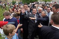 12 MAY 2004, LUDWIGSFELDE/GERMANY:<br /> Gerhard Schroeder, SPD, Bundeskanzler, schuettelt - umgeben von Personenschuetzern des BKA - Schuelern die Hand, waehrend einem spontanen Rundgang ueber den Schulhof, Besuch der Gesamtschule Ludwigsfelde<br /> Gerhard Schroeder, Federal Chancellor, is visiting a school near Berlin<br /> IMAGE: 20040512-02-026<br /> KEYWORDS: Gerhard Schröder, Schule, Schüler, pupil, pupils, Personenschützer, BKA