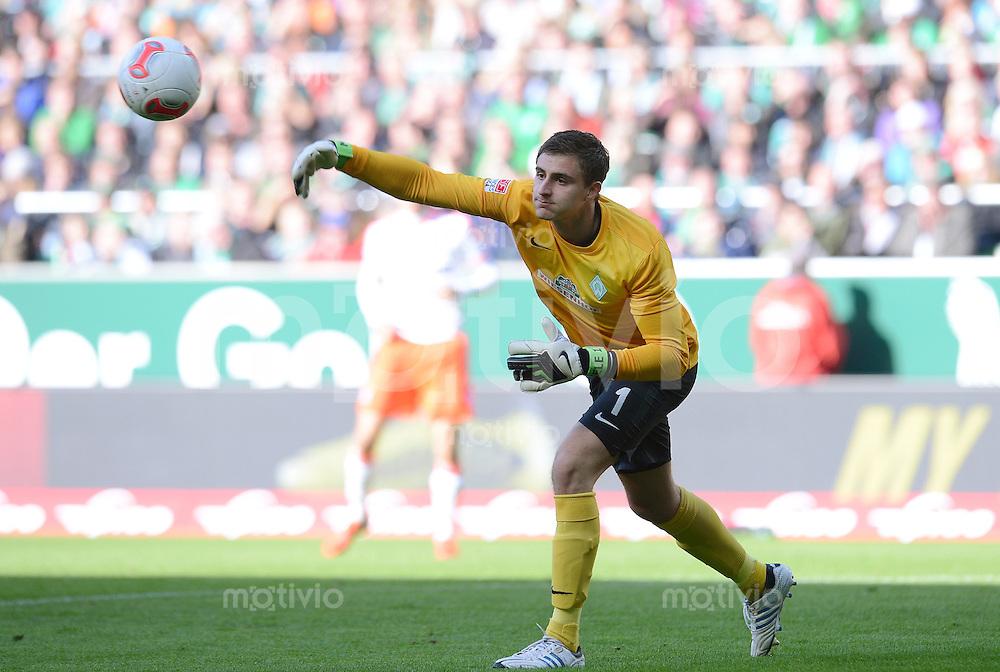 FUSSBALL   1. BUNDESLIGA  SAISON 2012/2013   6. Spieltag  29.09.2012 SV Werder Bremen - FC Bayern Muenchen    Torwart Sebastian Mielitz (SV Werder Bremen) mit Ball