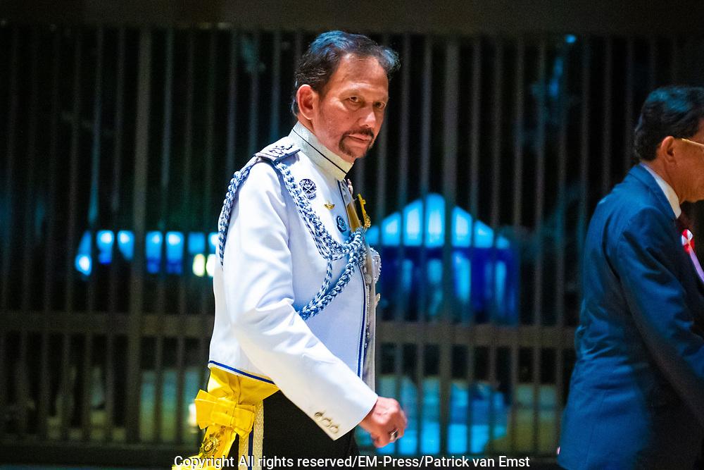 De Japanse keizer Naruhito heeft officieel de troon aanvaard en de belofte afgelegd dat hij zijn plicht als symbool van de staat zal vervullen. De 59-jarige Naruhito deed dat in een eeuwenoude ceremonie in de belangrijkste zaal van het keizerlijke paleis in Tokio in aanwezigheid van staatshoofden en gasten uit meer dan 180 landen.<br /> <br /> The Japanese emperor Naruhito has officially accepted the throne and made the promise that he will fulfill his duty as a symbol of the state. The 59-year-old Naruhito did that in an ancient ceremony in the main hall of the Imperial Palace in Tokyo in the presence of heads of state and guests from more than 180 countries.<br /> <br /> Op de foto / On the photo:   Brunei's Sultan Hassanal Bolkiah and his son prince Abdul Mateen