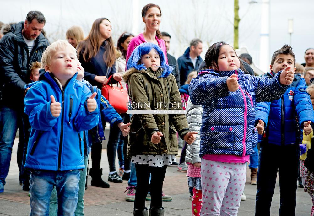 ROTTERDAM - lekker fit kinderen sporten op het schoolplein  copyright robin utrecht