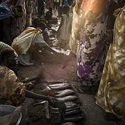 Une femme shilluk vend du poisson sur le marché du camp de protection des civils de la Mission des Nations Unies au Soudan du Sud, la Minuss, près de Malakal, pêché dans le Nil Blanc qui s'écoule à proximité.