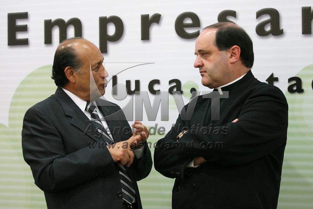 Metepec, Mex.- Alberto Canul Juarez, delegado de la Secretaria de Economia, conversa con Jes&uacute;s Quirce, rector de la universidad Anahuac, durante la entrega del premio Estatal a la Excelencia Empresarial Mexiquense. Agencia MVT / Mario Vazquez de la Torre. (DIGITAL)<br /> <br /> <br /> <br /> <br /> <br /> <br /> <br /> NO ARCHIVAR - NO ARCHIVE