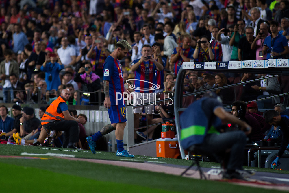 Leo Messi enters to sidelines during the La Liga match between Barcelona and Atletico Madrid at Camp Nou, Barcelona, Spain on 21 September 2016. Photo by Eric Alonso.