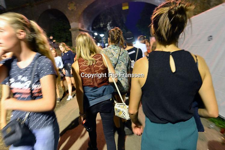 Nederland, Nijmegen, 18-7-7-2017Recreatie, ontspanning, cultuur, dans, theater en muziek in de binnenstad. Onlosmakelijk met de vierdaagse, 4daagse, zijn in Nijmegen de vierdaagse feesten, de zomerfeesten. Talrijke podia staat een keur aan artiesten, voor elk wat wils. Een week lang elke avond komen ruim honderdduizend bezoekers naar de stad. De politie heeft inmiddels grote ervaring met het spreiden van de mensen, het zgn. crowd control. De vierdaagsefeesten zijn het grootste evenement van Nederland en verbonden met de wandelvierdaagse.Diverse locaties Zomerfeesten, vierdaagsefeesten. Dance en dj bij Matrixx at the park.Foto: Flip Franssen
