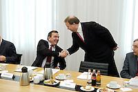 18 APR 2005, BERLIN/GERMANY:<br /> Gerhard Schroeder (L), SPD, Bundeskanzler, und Utz Claassen (R), Vorstandsvorsitzender EnBW, Begruessung vor dem 5. Innovationsgipfel der Partner fuer Innovation, Hauptstadtrepraesentanz Deutsche Telekom AG<br /> IMAGE: 20050418-02-002<br /> KEYWORDS: Gerhard Schröder, Handshake