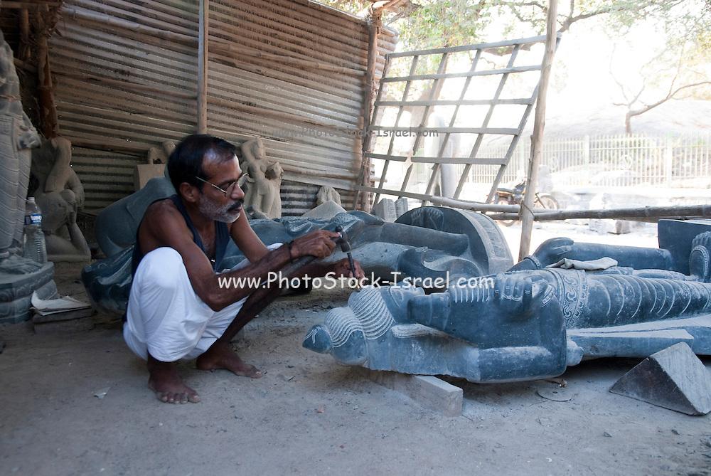 India, Tamil Nadu, Mahabalipuram stone sculpture at work
