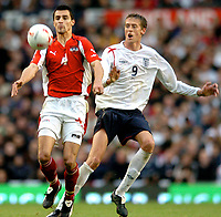 Fotball<br /> England 2005/2006<br /> Foto: Gepa/Digitalsport<br /> NORWAY ONLY<br /> <br /> World Cup Qualifier<br /> England v Austria<br /> 8th October, 2005<br /> Paul Scharner (AUT) und Peter Crouch (ENG)