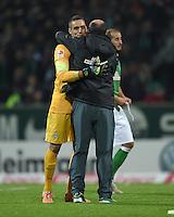 FUSSBALL   1. BUNDESLIGA   SAISON 2014/2015   11. SPIELTAG SV Werder Bremen - VfB Stuttgart                        08.11.2014 Raphael Wolf und Trainer Viktor Skripnik  (v.l., beide  SV Werder Bremen) freuen sich nach dem Abpfiff