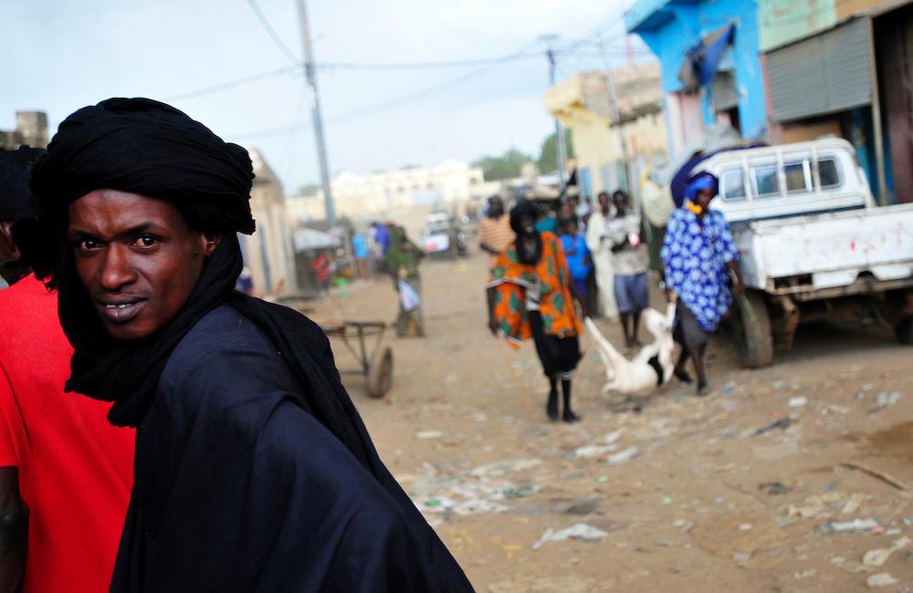 Les hommes Peulh promenent dans les rues de Sélibaby..Sélibaby, Mauritanie. 06/09/2010..Photo © J.B. Russell