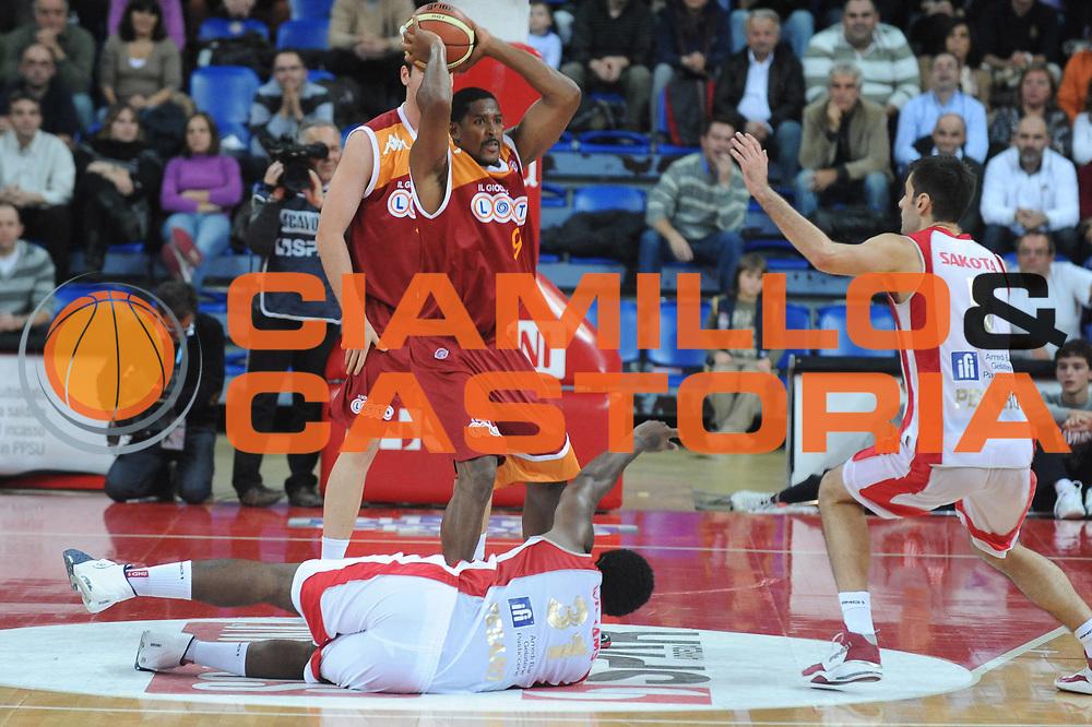 DESCRIZIONE : Pesaro Lega A 2009-10 Basket Scavolini Spar Pesaro Lottomatica Virtus Roma <br /> GIOCATORE : Hutson<br /> SQUADRA : Lottomatica Virtus Roma<br /> EVENTO : Campionato Lega A 2009-2010<br /> GARA : Scavolini Spar Pesaro Lottomatica Virtus Roma<br /> DATA : 15/11/2009<br /> CATEGORIA : Equilibrio Curiosita<br /> SPORT : Pallacanestro<br /> AUTORE : Agenzia Ciamillo-Castoria/G.Ciamillo<br /> Galleria : Lega Basket A 2009-2010 <br /> Fotonotizia : Pesaro Campionato Italiano Lega A 2009-2010 Scavolini Spar Pesaro Lottomatica Virtus Roma <br /> Predefinita :