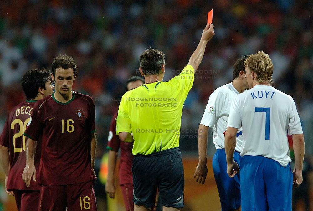25-06-2006 VOETBAL: FIFA WORLD CUP: NEDERLAND - PORTUGAL: NURNBERG<br /> Oranje verliest in een beladen duel met 1-0 van Portugal en is uitgeschakeld / Scheidsrechter IVANOV Valentin (RUS) was helemaal de weg kwijt. Hij gaf maar liefst 16 gele en 4 rode kaarten - Deco, RICARDO CARVALHO, Kuyt Dirk<br /> ©2006-WWW.FOTOHOOGENDOORN.NL