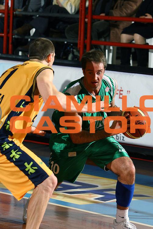 DESCRIZIONE : Porto San Giorgio Lega A1 2007-08 Premiata Montegranaro Air Avellino <br /> GIOCATORE : Daniele Cavaliero <br /> SQUADRA : Air Avellino <br /> EVENTO : Campionato Lega A1 2007-2008 <br /> GARA : Premiata Montegranaro Air Avellino <br /> DATA : 06/01/2008 <br /> CATEGORIA : Palleggio <br /> SPORT : Pallacanestro <br /> AUTORE : Agenzia Ciamillo-Castoria