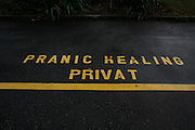 Pranic Healing Privat Parkplatz, place de parc privé, private parking place. Parkverbot, Naturheilkunde, Alternativmedizin ... © Romano P. Riedo