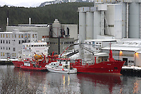 """SULA 20100126. Tankskipet """"Frigg"""" som tidlig tirsdag morgen gikk på grunn ved Sula med 2000 sildeolje ombord, ble trukket av grunnen og lagt til kai ved Vedde Sildeoljefabrikk på Sula tirsdag formiddag. Foto: Svein Ove Ekornesvåg"""
