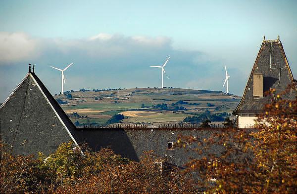 Frankrijk, St. Flour, 20-9-2008Windmolens staan op een heuvel buiten de stad stroom op te wekken.Windmills are on a hill outside the city to generate electricity.Foto: Flip Franssen