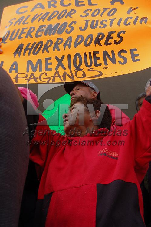 Almoloya de Juarez, Mex.- Un grupo de cooperativistas defraudados por la Caja de Ahorro &quot;La Mexiquense&quot;, denunciaron el trato preferencial que las autoridades le estan otorgando a Salvador Soto, presunto responsable del fraude millonario, a la salida del penal de Santiaguito. Agencia MVT / Alfonso Garcia. (DIGITAL)<br /> <br /> <br /> <br /> NO ARCHIVAR - NO ARCHIVE